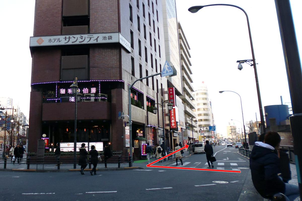 横断道先の茶色の建物「ホテルサンシティ」